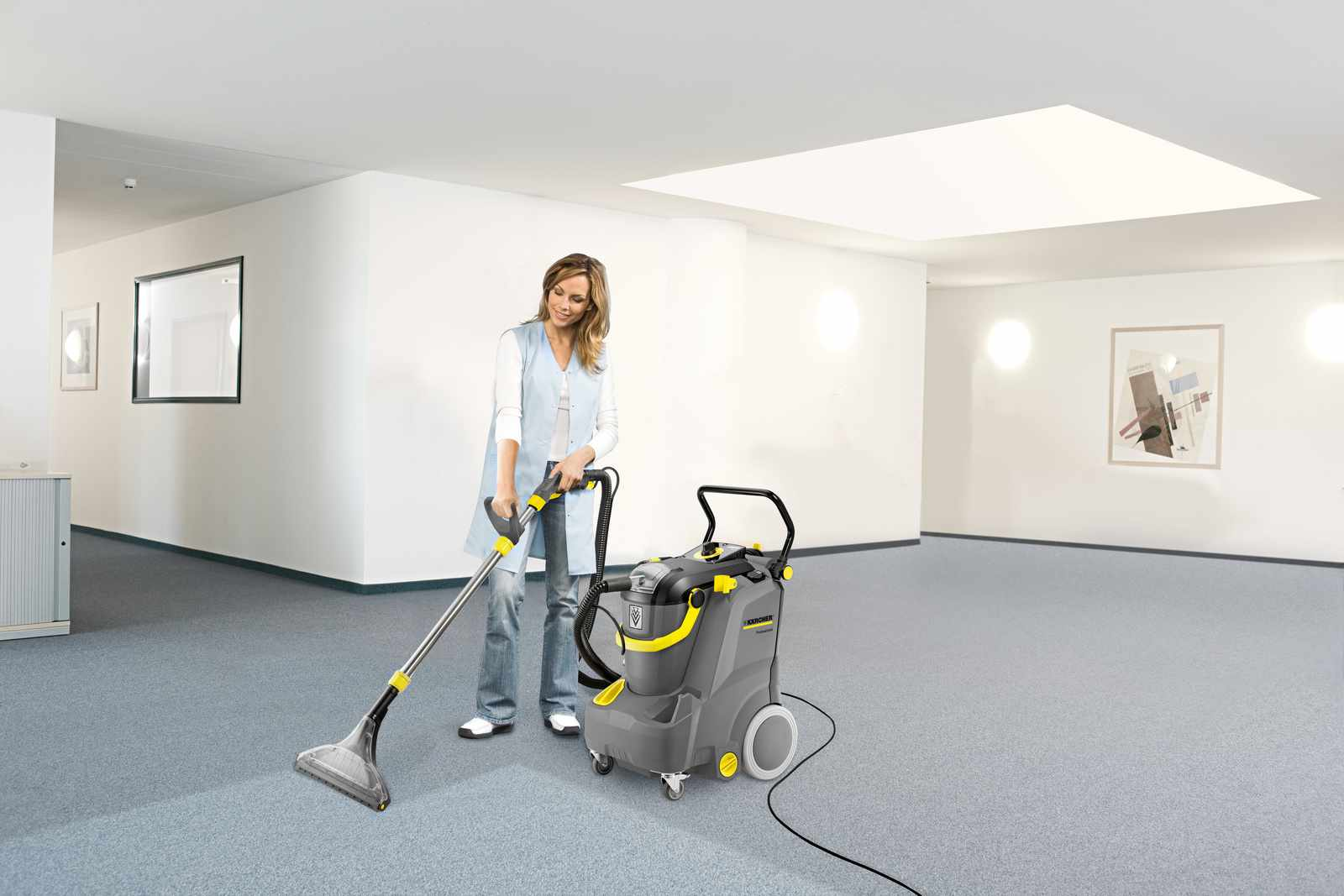 Puzzi 30/4 cleaning an office carpet